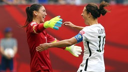 Jubel bei Hope Solo (l.) und Carli Lloyd © picture alliance / empics