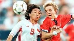 Die chinesische Nationalspielerin Sun Wen (l.) © picture-alliance/AP Foto: Matt York