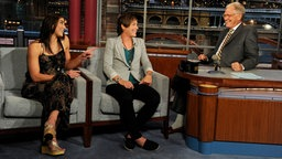 "Hope Solo (l.) und Abby Wambach in der ""Late Show"" mit David Letterman (r.) © picture-alliance Foto: Jeffrey Staab"