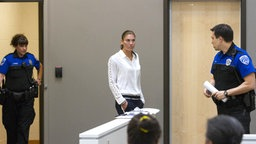 Hope Solo (Mitte) 2014 vor Gericht © picture-alliance Foto: Mike Siegel