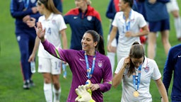 Hope Solo (l.) nach dem Sieg beim Algarve-Cup 2015 © picture-alliance Foto: Francisco Seco