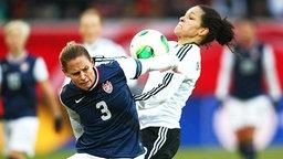 Die deutsche Nationalspielerin Celia Sasic (r.) im Duell mit der US-Amerikanerin Christie Rampone