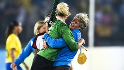 US-Nationaltorhüterin Hope Solo (l.) und Trainerin Pia Sundhage © imago/Sven Simon