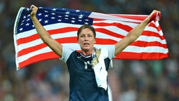 Abby Wambach jubelt mit der US-Flagge. © picture alliance / Back Page Images Fotograf: Marc Atkins
