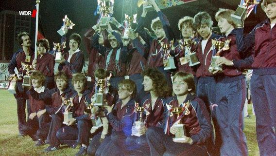 Die Frauenfußball-Mannschaft des SSG 09 Bergisch Gladbach bei der Siegerehrung der ersten Fußballweltmeisterschaft 1981 in Taipeh (Taiwan). © WDR