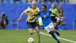 Marta (r.) am Ball