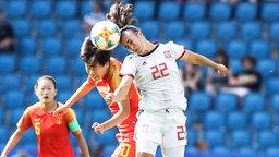 Die chinesische Nationalspielerin Rui Zhang (l.) im Duell mit der Spanierin Nahikari Garcia