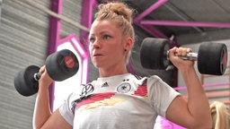 Die deutsche Nationalspielerin Linda Dallmann beim Fitnesstraining