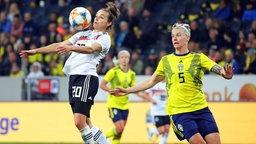 Die deutsche Nationalspielerin Lina Magull (l.) im Duell mit der Schwedin Nilla Fischer