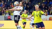 Die deutsche Nationalspielerin Lina Magull (l.) im Duell mit der Schwedin Nilla Fischer © imago images / Pressefoto Baumann