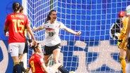 Deutschlands Sara Däbritz (M.) bejubelt einen Treffer. © imago images / Jan Huebner
