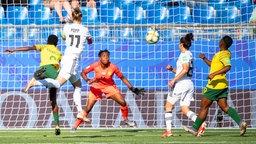 Deutschlands Alexandra Popp (2.v.l.) trifft gegen Südafrika.