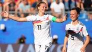 Deutschlands Alexandra Popp (l.) und Marina Hegering bejubeln einen Treffer. © dpa-Bildfunk Foto: Sebastian Gollnow/dpa
