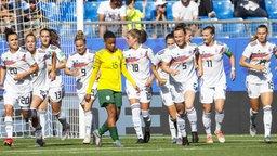 Deutschlands Spielerinnen bejubeln einen Treffer.