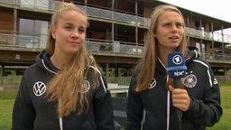 Klara Bühl (r.) und Giulia Gwinn von der deutschen Frauenfußball-Nationalmannschaft geben ein Interview.