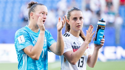 Die deutschen Nationalspielerinnen Almuth Schult und Sara Däbritz (v.l.) bedanken sich bei den Fans