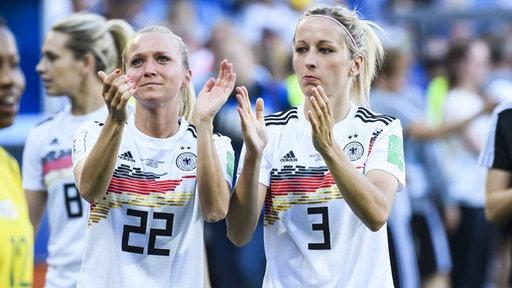 Die deutschen Nationalspielerinnen Turid Knaak und Kathrin Hendrich (v.l.)
