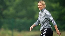 Die deutsche Fußball-Bundestrainerin Martina Voss-Tecklenburg auf dem Trainingsplatz.
