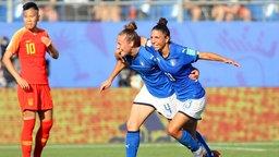 Italiens Aurora Galli (M.) und Elisa Bartoli bejubeln einen Treffer.