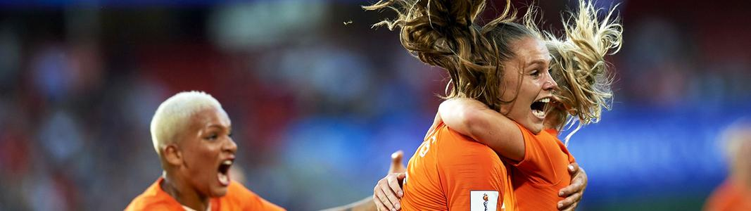 Die Niederländerin Lieke Martens (M.) bejubelt einen Treffer.
