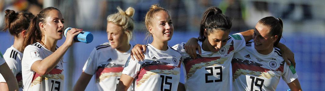 Mehrere Nationalspielerinnen stehen Arm in Arm auf dem Platz nach einem Spiel.