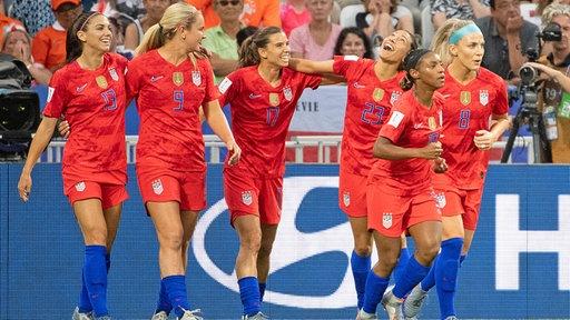 Szene aus dem WM-Spiel England gegen USA: Jubel der USA-Spielerinnen.
