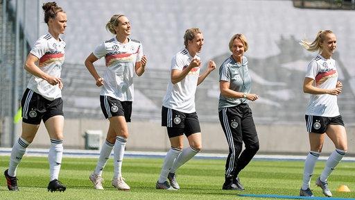 Bundestrainerin Martina Voss-Tecklenburg mit einigen DFB-Spielerinnen beim Training.