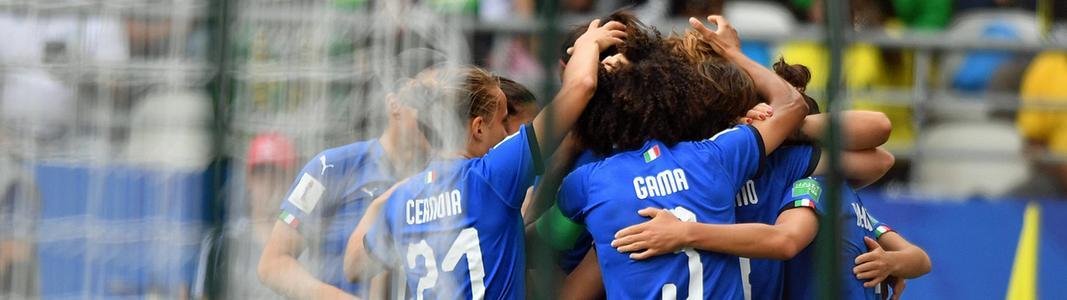 Szene aus dem Fußball-WM-Spiel zwischen Italien und Jamaika: Mehrere italienische Spielerinnen jubeln nach einem Tor.
