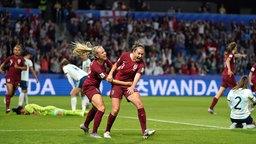 Szene aus dem WM-Spiel England gegen Argentinien: Jodie Taylor (M.) jubelt über einen Torerfolg.