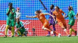 Szene aus dem WM-Spiel Niederlande gegen Kamerun: Dominique Bloodworth (M.) jubelt über ein Tor.