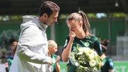 Ralf Kellermann, Sportlicher Leiter des Frauenfußball-Meisters VfL Wolfsburg, verabschiedet Caroline Hansen © imago images / Hübner Foto: Hübner