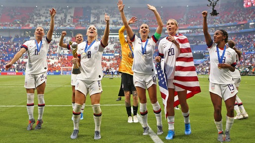 Die US-amerikanischen Fußballerinnen bejubeln ihren WM-Sieg