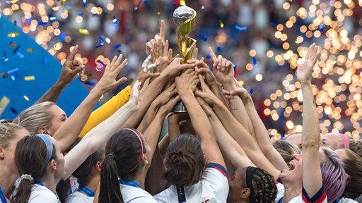 Die US-amerikanischen Fußballerinnen strecken den WM-Pokal in die Höhe