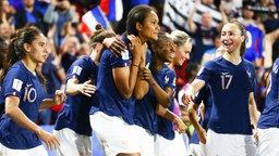 Frankreichs Wendie Renard (3.v.l.) und ihre Mitspielerinnen bejubeln einen Treffer.