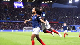 Frankreichs Wendie Renard (l.) und Viviane Asseyi bejubeln einen Treffer.