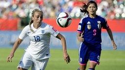 Englands Fußball-Nationalspielerin Toni Duggan (l.) im Duell mit Nahomi Kawasumi aus Japan bei einem Spiel der WM 2015.