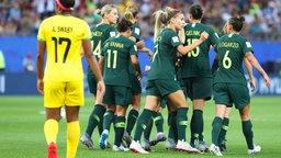 Australiens Spielerinnen bejubeln einen Treffer.