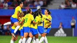 Brasiliens Marta (r.) und ihre Mitspielerinnen bejubeln einen Treffer.
