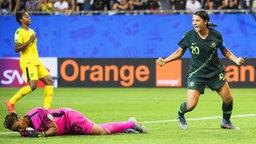 Australiens Samantha Kerr (r.) bejubelt einen Treffer.