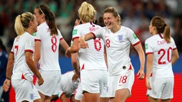 Englands Ellen White (2.v.r.) und Rachel Daly (l.)