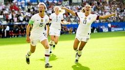 Die US-Amerikanerin Megan Rapinoe (l.) bejubelt einen Treffer mit Alex Morgan.