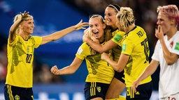Schwedens Stina Blackstenius (2.v.l.) und ihre Kolleginnen bejubeln einen Treffer.