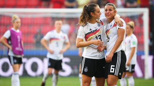 Deutschlands Lena Sophie Oberdorf (r.) und Sara Däbritz
