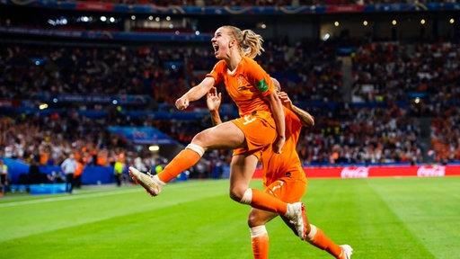 Niederlandes Jackie Groenen bejubelt einen Treffer.