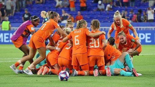 Die niederländischen Nationalspielerinnen beim Jubel auf dem Feld nach einem gewonnenen Spiel.
