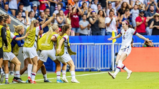 Die US-Amerikanerin Rose Lavelle (r.) bejubelt einen Treffer.