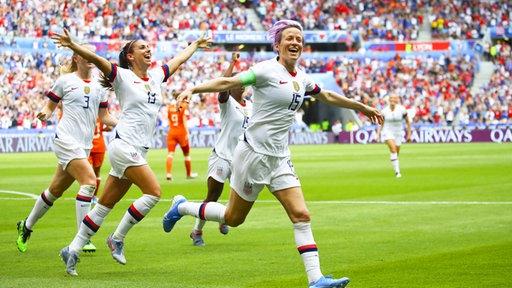 Die US-Amerikanerin Megan Rapinoe bejubelt einen Treffer.
