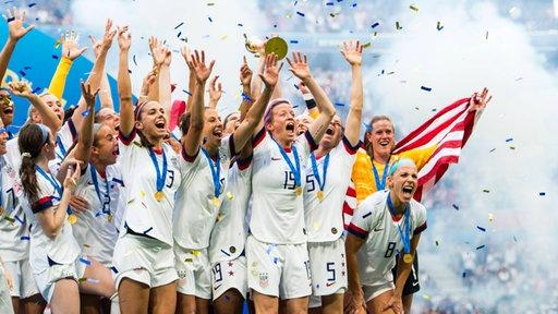 Die US-Amerikanerinnen mit dem WM-Pokal